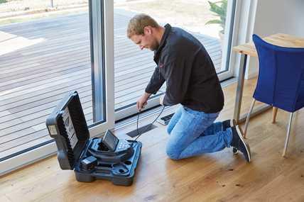 Durch die praxisorientierte Entwicklung punktet das Zehnder Reinigungsset mit geringem Arbeitsaufwand und schneller Durchführbarkeit. Die per Videoinspektion lokalisierten Verschmutzungen lassen sich mit der Reinigungsbürste leicht lösen und mit einem Staubsauger absaugen.