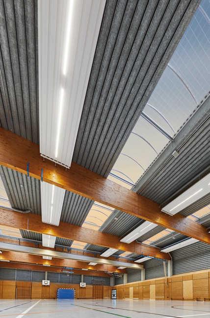 Die neuen LED-Einbauleuchten für Deckenstrahlplatten Zehnder ZBN verbinden integrativ und platzsparend das energieeffiziente Prinzip der Deckenstrahlplatte mit innovativer Lichttechnik, und dies mit bis zu 90 % Energiekostenersparnis im Vergleich zu alternativen Systemen.