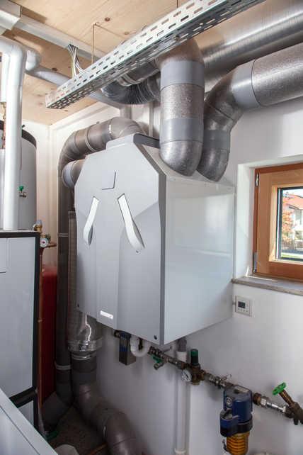 Das platzsparende Komfort-Lüftungsgerät Zehnder ComfoAir 350 wurde im Technikraum installiert