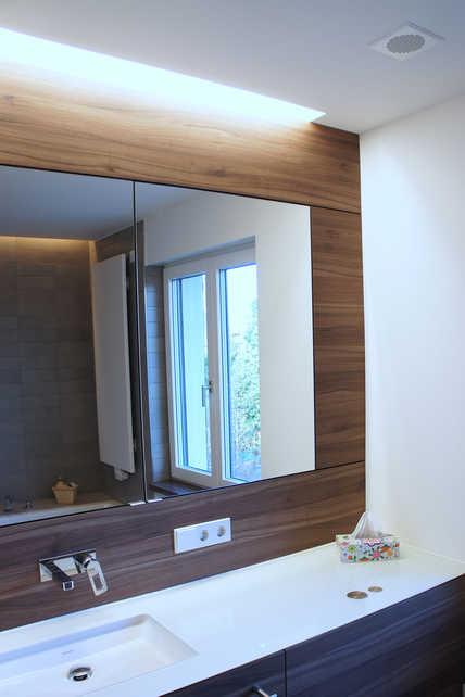 Im Badezimmer wird über einen dezenten Deckenauslass mit Designgitter die verbrauchte Luft abgeführt und sorgt damit für ein permanentes Frischeklima im Bad.