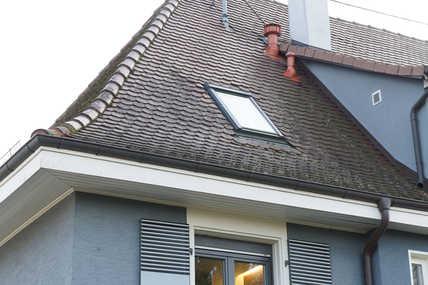 Der Weg für die Fortluft der zentralen Wohnungslüftung führt durch den braunen Stutzen direkt durch das Dach nach oben.