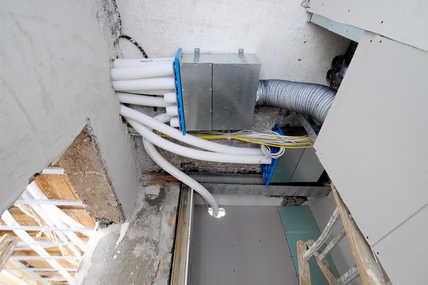 Aus den senkrechten Installationsschächten gelangt die Frischluft je Stockwerk in einen Verteilerkasten. Von dort führen elastische und besonders Hygienegeprüfte Kunststoffrohre die Frischluft einzeln in jeden Raum.