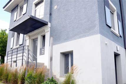 Um die schöne Altbaufassade wie das Portal am Eingangsbereich nicht zu beeinträchtigen, wurde die energetische Sanierung ohne Wärmedämmung durchgeführt.