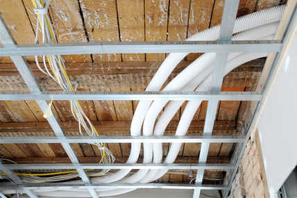 Dank der drei Meter hohen Holzbalkendecken kann die gesamte Installation des Luftverteilsystems elegant über einer abgehängten Decke verschwinden.