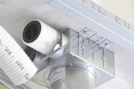 Die Kunststoffrohre des Zehnder Luftverteilsystems werden unter einer abgehängten Decke zu den Deckenauslässen geführt. Von dort wird die Frischluft geräuschlos in die Wohnräume geleitet.