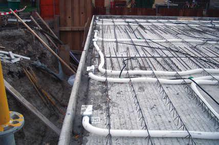 Fertig installierte Zuluftelemente als Bodenluftauslass in Fensternähe. Insgesamt wurden knapp 1000 Meter Lüftungsrohre verlegt.