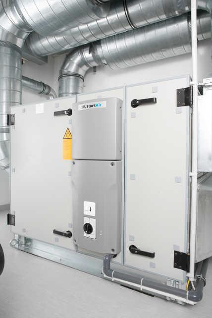 Die zentrale Steuerung der komfortablen Wohnraumlüftung in der Seniorenwohnanlage übernehmen zwei jeweils im Keller positionierte Lüftungsgeräte vom Typ Zehnder ComfoAir 1500 mit einer Leistung von jeweils 1500 m³/h